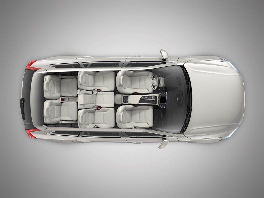 正七人座的 Volvo XC90 向來以北歐時尚的斯堪地那維亞風格與寬敞車室空間...