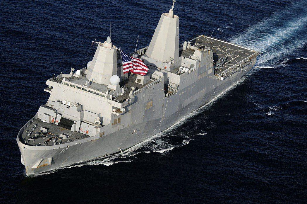 首艦聖安東尼奧號,可見到兩座先進封閉桅桿。 圖/美國海軍