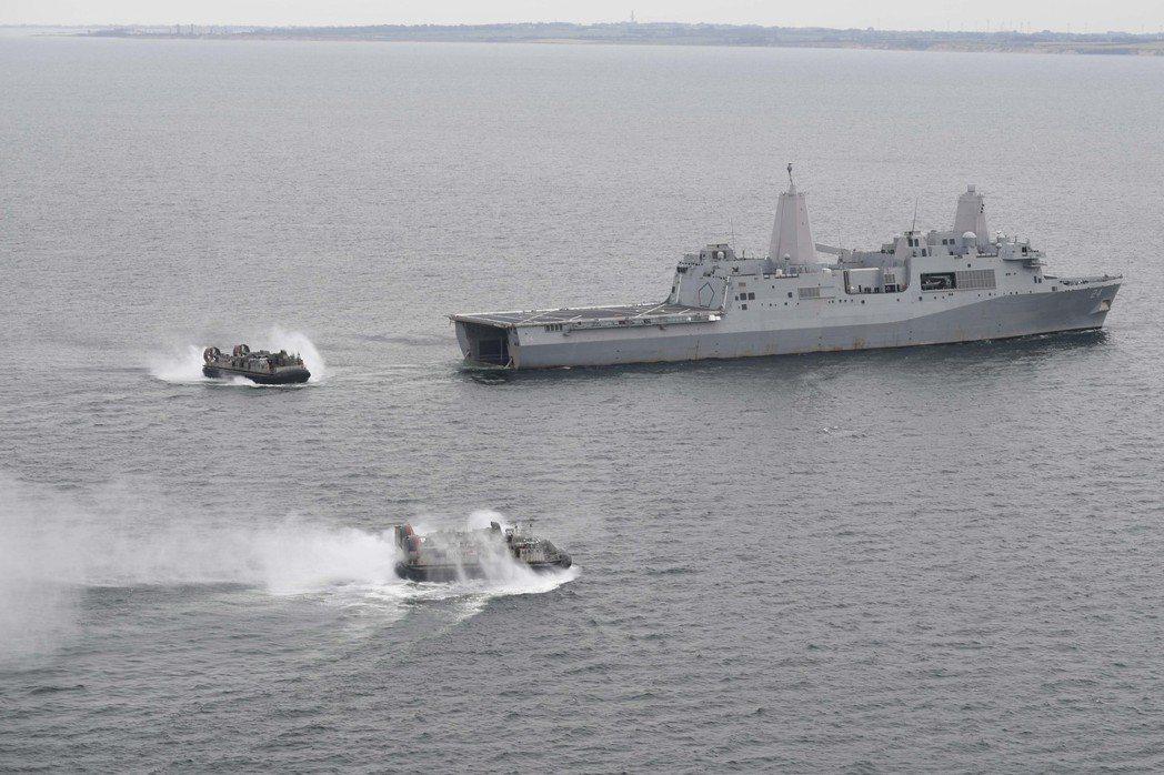 聖安東尼奧級,除了艦體內車輛甲板能裝載的登陸部隊車輛之外,艦尾的泛水塢艙內,最多可裝載兩艘氣墊登陸艇。圖為阿靈頓號。 圖/美國海軍