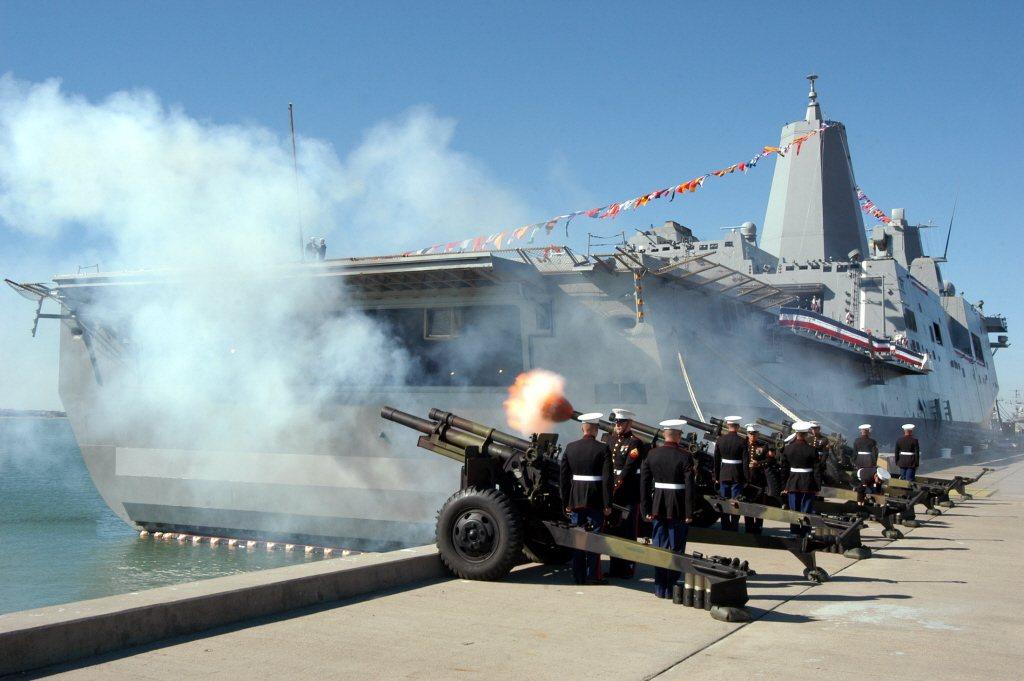 首艘聖安東尼奧號(LPD 17)於2006年1月14日成軍。 圖/美聯社