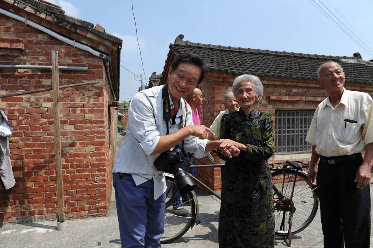 中埔鄉攝影人魏三峰(左)從事婚攝工作之餘,也下鄉補捉人物紀實,記錄每個小人物背後...
