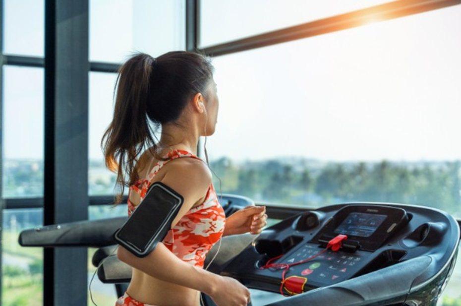 防疫期間健身房關閉,又須盡量避免外出,民眾運動量減少恐造成肌肉流失。 圖/fre...