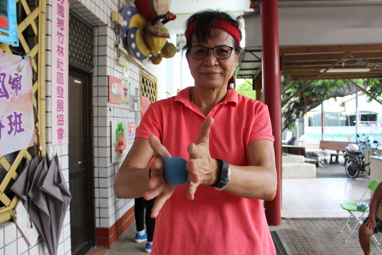 李玉蟾自製「活力球」,長者捏壓之間可訓練手部肌肉。 圖/林敬家 攝影