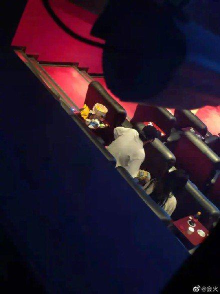 吳亦凡帶妹包場看電影畫面流出。 圖/擷自微博