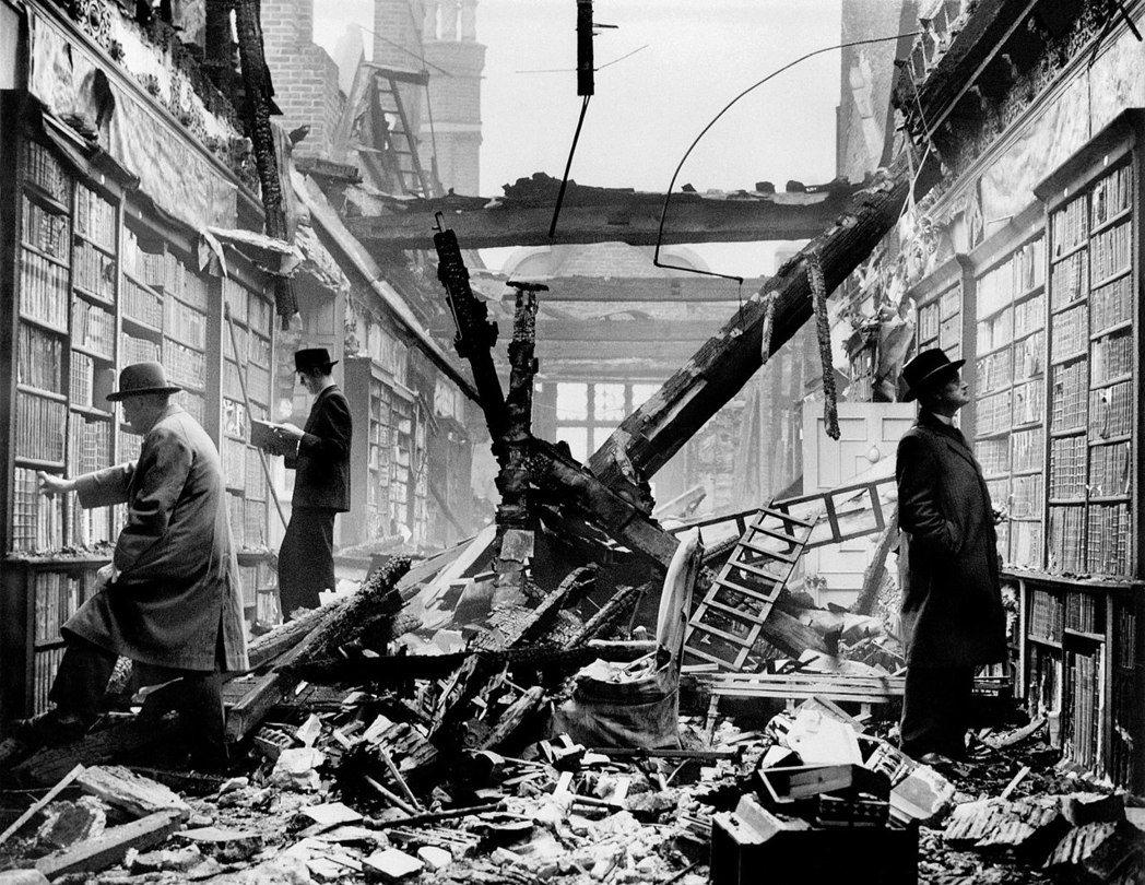 德國空軍針對倫敦進行大轟炸後的「荷蘭屋圖書館」廢墟上,依然有人在閱讀。 圖/維基共享