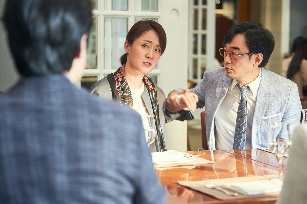 「如蝶翩翩」劇照,金秀珍(左)飾演德出的女兒「聖淑」,右為飾演「聖淑」老公的男星...