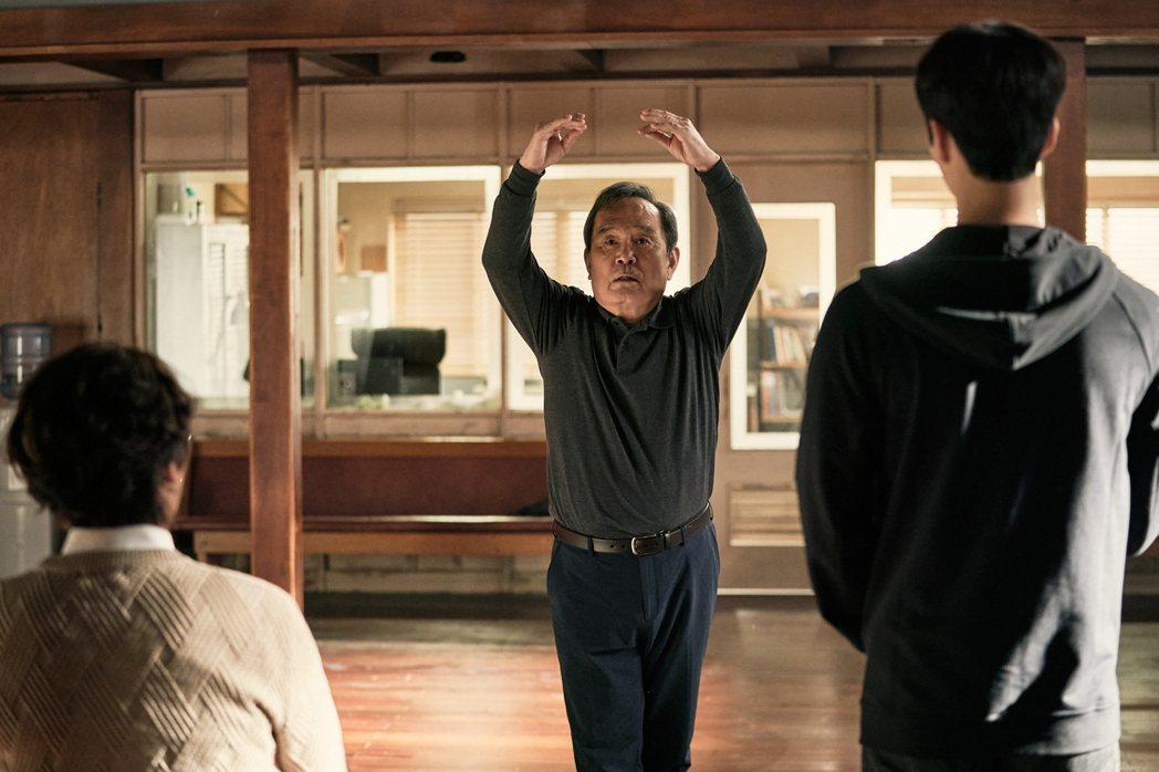 「如蝶翩翩」劇照,朴仁煥演出從小夢想跳芭蕾的「沈德出」。圖/Netflix提供