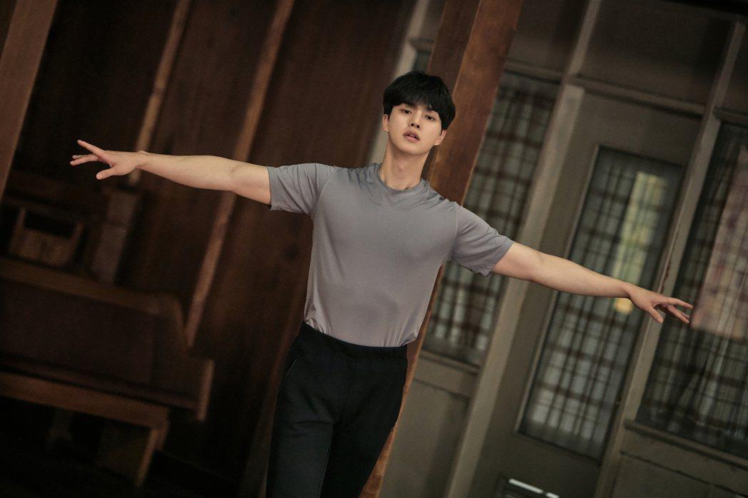 「如蝶翩翩」劇照,宋江飾演擁有芭蕾舞天賦的「李采祿」。圖/Netflix提供