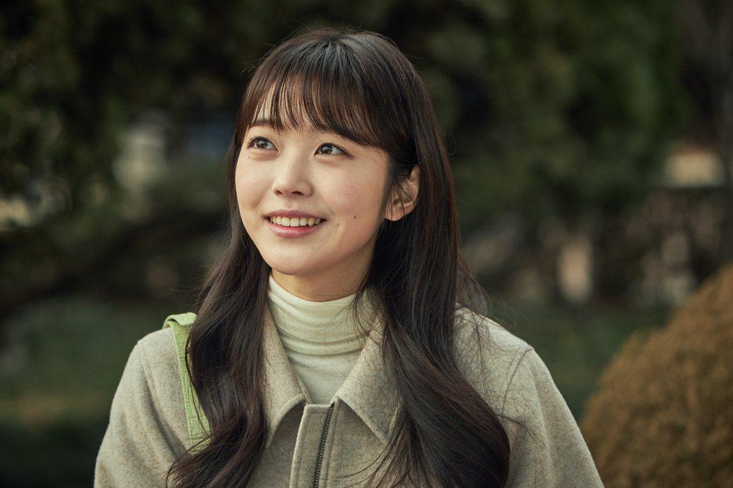 「如蝶翩翩」劇照,洪承熙飾演德出的孫女「沈恩浩」。圖/Netflix提供