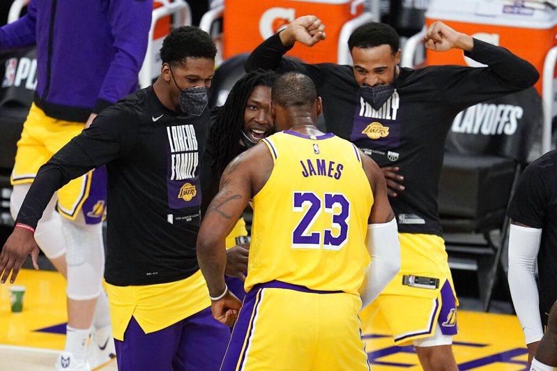 拿下暌違9年在主場的季後賽首勝,比賽過程中場邊甚至傳來了球迷高喊已逝球星布萊恩(Kobe Bryant)名字的聲浪。 美聯社