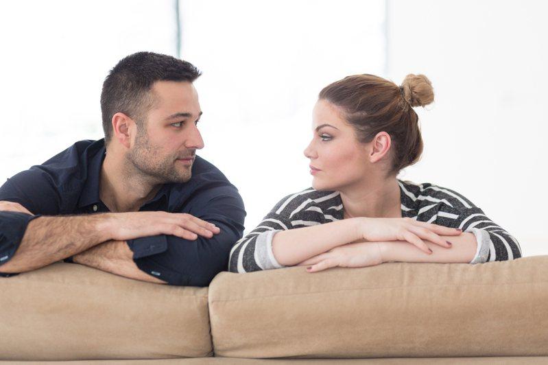 在愛情之中,有時成熟的舉止談吐,更顯得魅力無窮。圖片來源/ingimage