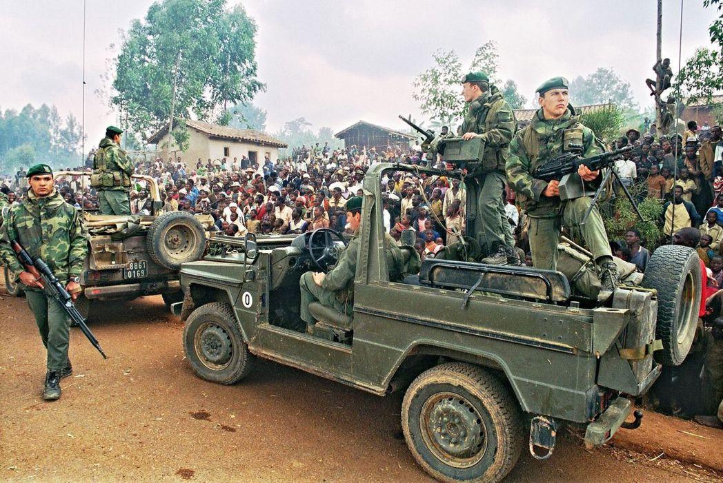 內戰末期,巡邏的法軍與為了躲避「可能的圖西族復仇」而大舉往南方邊境逃亡的胡圖族難...