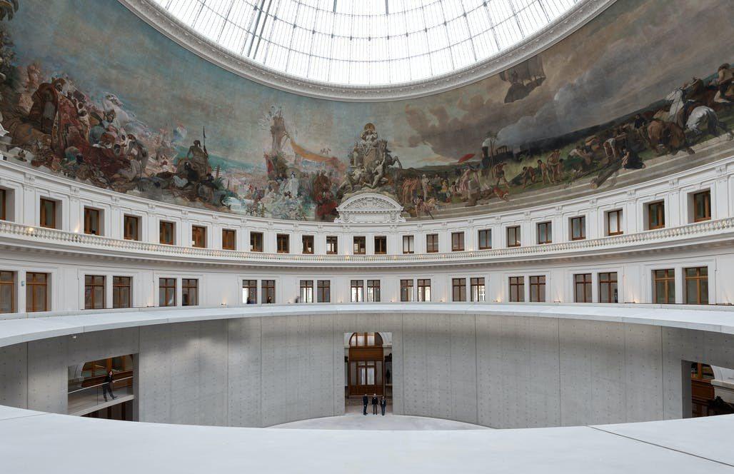 安藤忠雄在巴黎證券交易所中,建起一個清水模製的無頂圓柱形展示空間。圖/Bours...