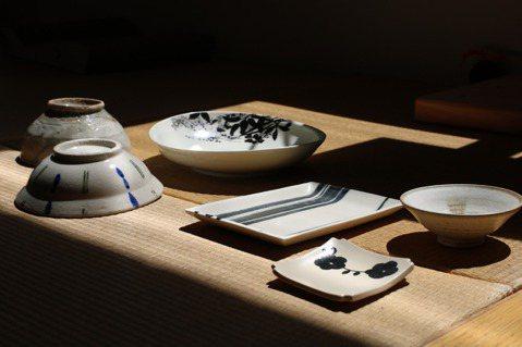 日日餐桌上有餐具型式紋案相互襯托映照,目的並不在這些鋪陳經營的儀式上,而是希望透...