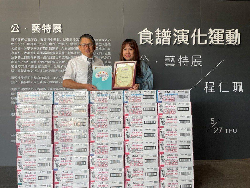左:國聚建設卓慶能副總 右:安得烈慈善協會致贈感謝狀 照片於5/10拍攝/ ...