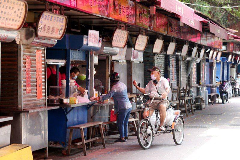 隨著台灣本土疫情加劇,餐飲業也是海嘯第一排,許多店家乾脆休息不營業。記者邱德祥攝影/報系資料照