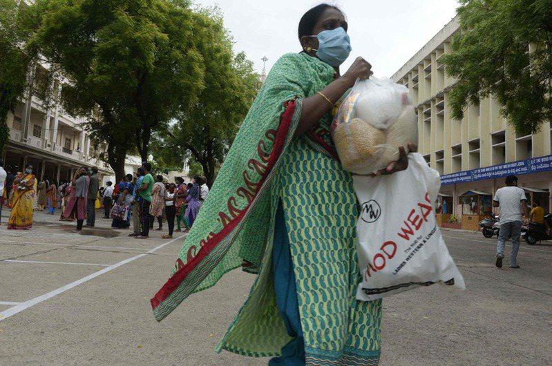 印度當局今天通報,過去24小時新增確診2019冠狀病毒疾病(COVID-19)18萬6364例,是4月14日以來最低單日紀錄,病歿人數則增加3660人。 法新社