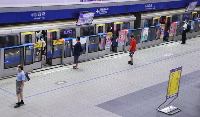 台北市捷運警察隊今(28日)表示,一名員警日前因家人發燒,陪同就醫,後經採檢快篩陽性、PCR陽性;另一名小隊長身體不適多日,經快篩為陽性、等PCR報告中。聯合報記者曾學仁/攝影