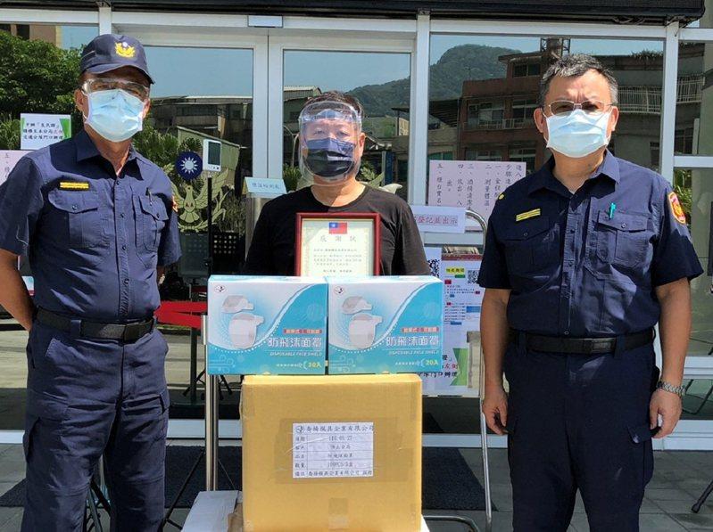 喬揚模具公司林董事長捐贈500頂「防飛沫口罩」,給汐止分局員警使用,希望員警執勤時更有保障。 圖/觀天下有線電視提供