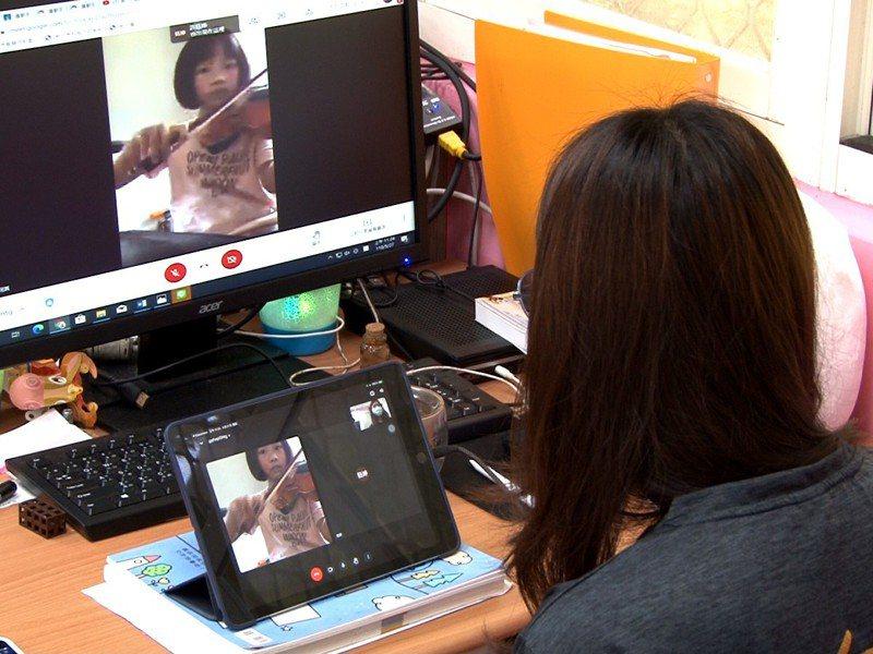 九份國小學生人手一台iPad線上課程,學生拉小提琴、跳健身操,多元又有趣。 圖/觀天下有線電視提供