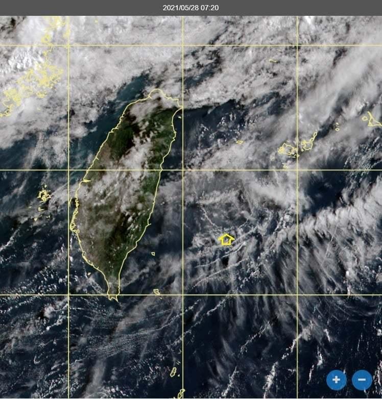 鄭明典表示,看台灣東測的雲線,在中高雲遮蔽縫隙下方,可以看到螺旋狀的雲線,這是背風渦旋,而背風渦旋在東側偏北,表示台灣上空有西南風了。不過,因為高壓未退,所以大氣還是相對穩定。圖/取自鄭明典臉書
