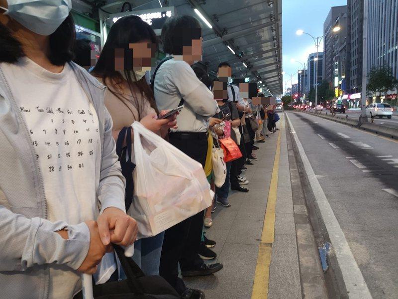 疫情減班基隆通勤族苦南京復興站排長龍,國光客運改善。圖/謝姓小姐提供