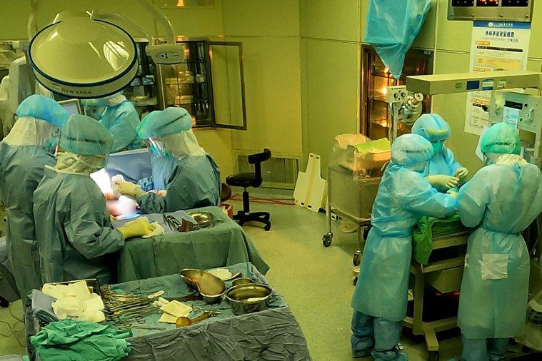 台北慈濟醫院收治一名懷孕32周的確診孕婦,由於孕婦肺炎情形嚴重,院方昨在正壓手術...