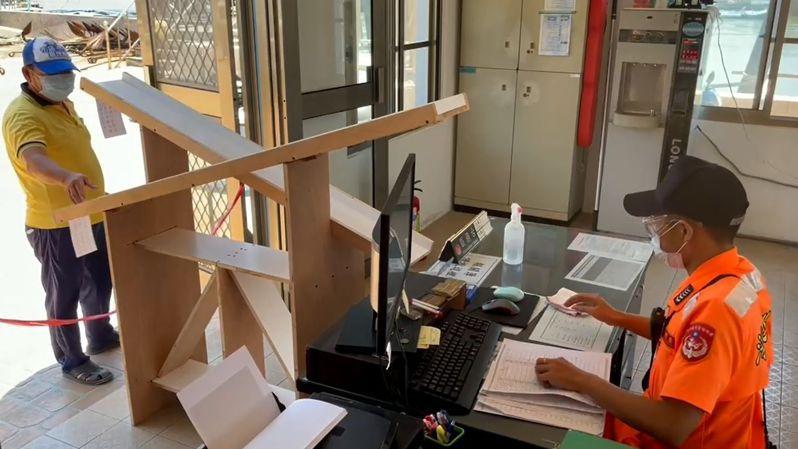 嘉義縣海巡布袋中漁港安檢所,在安檢所入口創意設計斜板,有如一道溜滑梯,文件咻的一下,往返海巡官兵與漁民間,從收件、登記完成出港漁民文件作業,安全迅速。記者魯永明/翻攝
