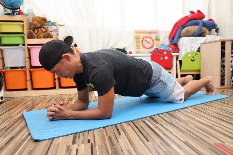 (胸)電梯伏地挺身步驟二:建議地板鋪設瑜珈墊可保護手肘摩擦,動作持續重複10次算...