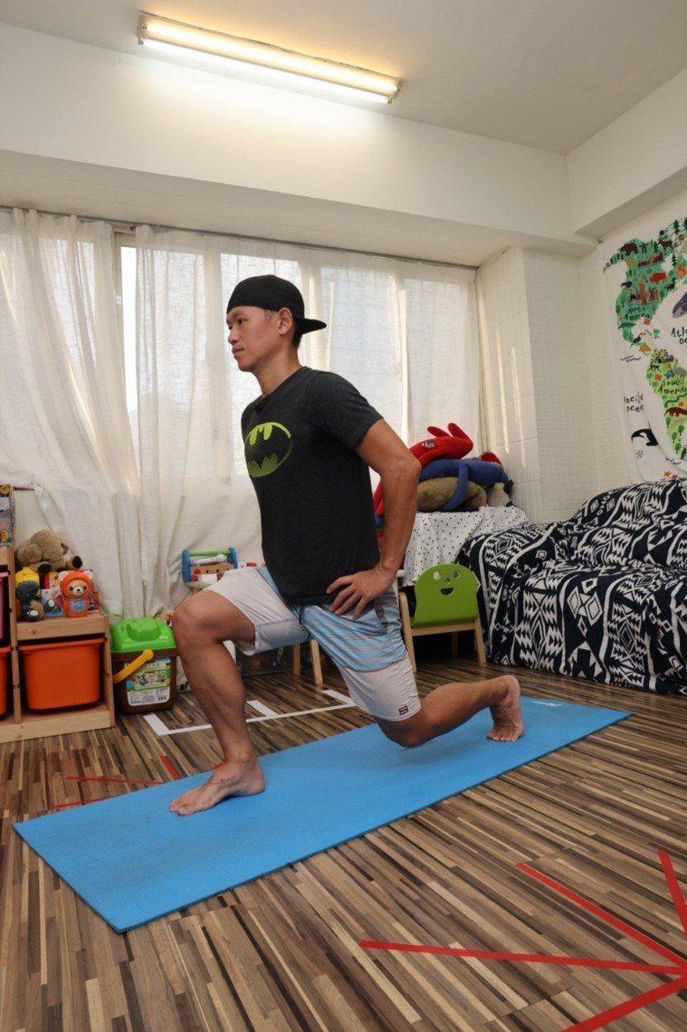 (腿)後踩弓箭步步驟一:首先呈前弓後箭步,膝蓋與腳尖朝向前方。記者沈昱嘉╱攝影