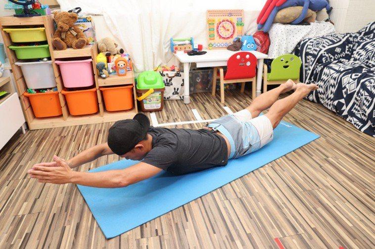 (背)天使飛翔步驟一:在瑜珈墊上、手腳伸直成一直線,讓胸口、膝蓋同時離地。記者沈...