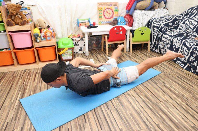 (背)天使飛翔步驟二:將手腳打開,可以有效訓練全身的肌肉。併攏共10次算一小組。...