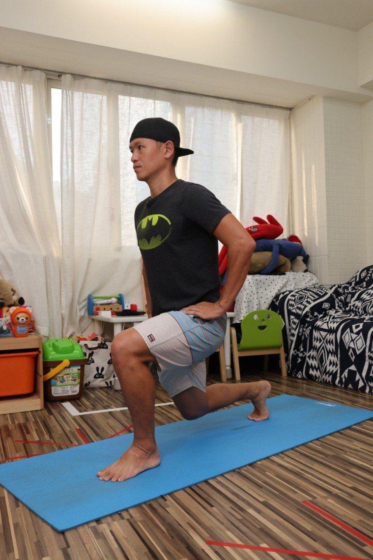 (腿)後踩弓箭步步驟二:下蹲時保持上身直立,左右交換12次一小組。記者沈昱嘉╱攝...
