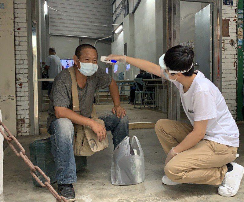新竹市政府社會處定期派員訪視街友,並提供酒精等防疫物資。圖/新竹市社會處提供