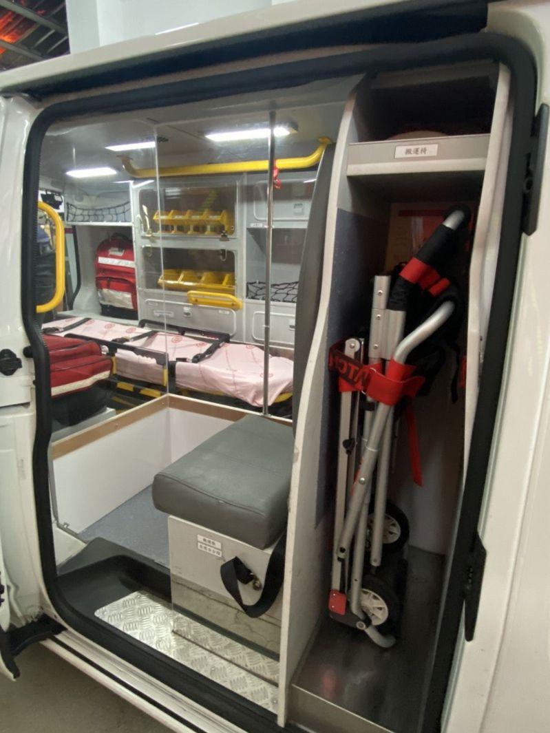 台中市消防局第三大隊發揮巧思,以「空間分艙、人員分流」概念改裝第三大隊大里分隊防疫救護專車。圖/台中市消防局提供