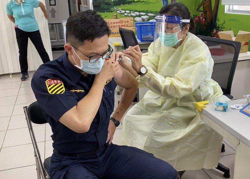台南獲AZ疫苗、永康分局員警上午前往衛生所施打。記者周宗禎/翻攝