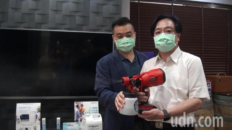 GERMAGIC抗菌技術也開發成消毒噴劑及空氣濾膜,防護健康。圖由右至左為雷科董事長鄭再興及劼科董事長莊珏谷。記者王昭月/攝影