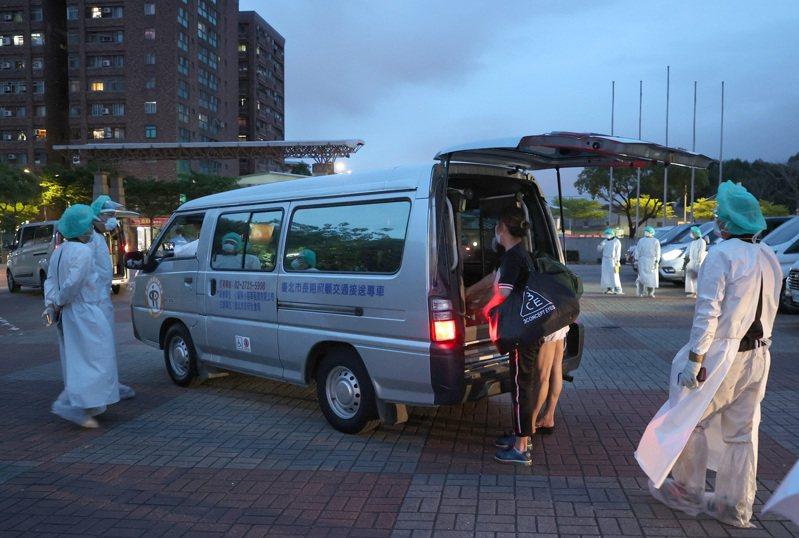 「新北抗疫微光專案」由新北市長照專車業者、計程車服務學院協會投入疫情下的載送、調派任務。記者林澔一/攝影