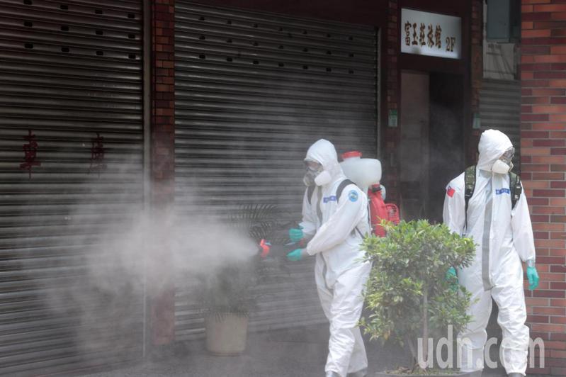化學兵上午前往士林福港街富玉莊旅社與福中公園周邊進行消毒,整個街道都是霧茫茫。記者蘇健忠/攝影