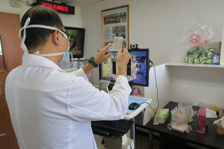 彰化醫院中醫科主任馮天祥跟病人視訊,了解病況和服用清冠一號的意願。圖/彰化醫院提...