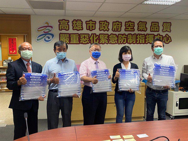高雄市新商業會今早由理事長劉正光(右三)代表捐贈2000個防護面罩給環保局使用。圖/新商業會提供