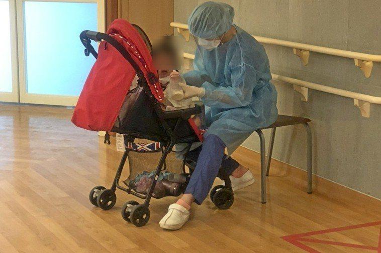 台北慈濟醫院的護理師擔心1歲童嚇壞,當起保母餵1歲童牛奶。圖/台北慈濟醫院提供
