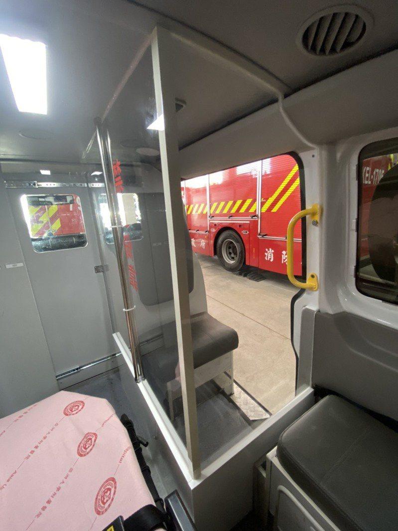 台中市消防局升級版的防疫救護專車,以透明壓克力板區劃分隔,患者乘坐在獨立空間,且清消作業只需5分鐘,提高效率。圖/台中市政府消防局提供