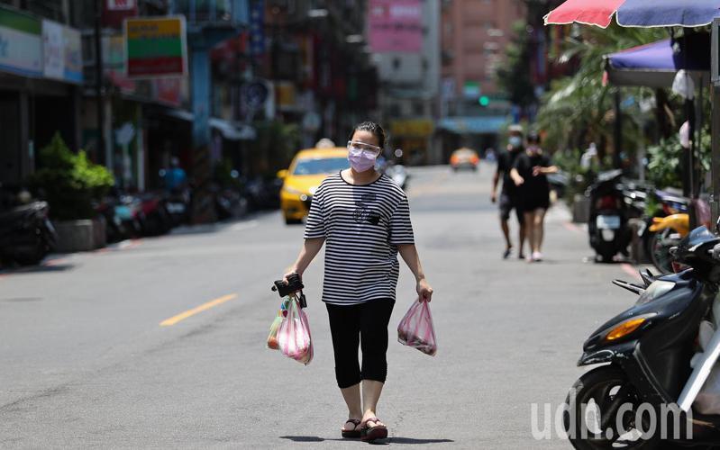 全國三級防疫管制延長衝擊餐飲業者,中和華新街許多小吃店近日直接拉下鐵門關店,用餐時間路上顯得冷清許多。記者余承翰/攝影