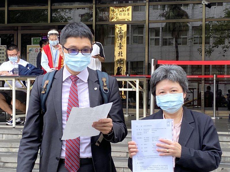 菱光監察人林久真(右)先前已對菱光董事長黃育仁提出刑事告訴,今(28)日再對其提出民事訴訟。 康陳剛/攝影