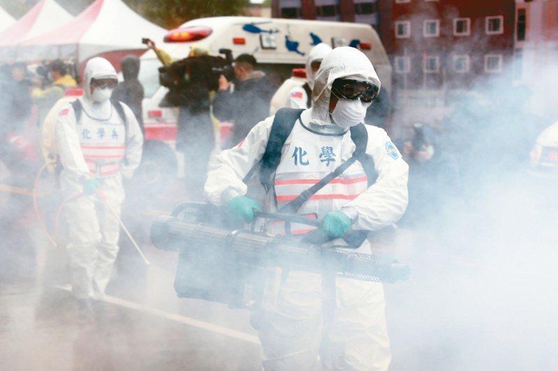 台北市將在30日進行防疫四級警戒兵推,新北市長侯友宜也說,去年也都演練過,也都做好準備。圖為去年新北市新冠演習情形。圖/聯合報系資料照片