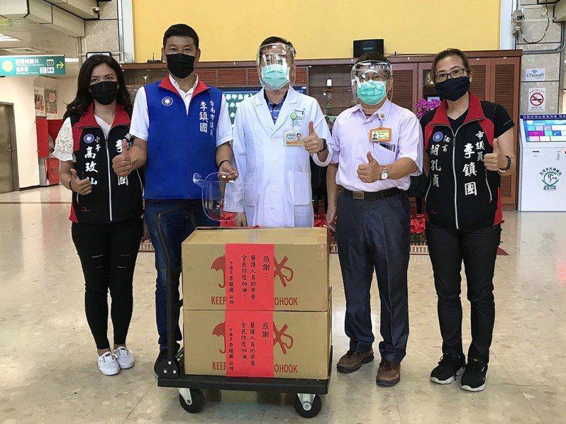 支持第一線醫護公務員防疫,台南市議員李鎮國捐贈面罩。圖/李鎮國提供