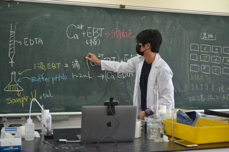 遠距視訊教學讓師生眼睛都吃力,台南女中縮短上課時間,增加休息時間。記者鄭惠仁/攝影
