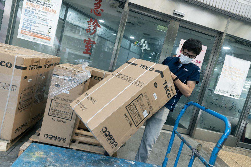 東元宣布捐贈100台移動式空調、30台空氣清淨機,第一批物資已在今(28)日送抵...