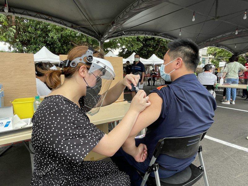 新竹市政府在動物園第二停車場打造「專責疫苗接種站」,今天已經開始安排警消、民政等防疫人員施打。記者張裕珍/攝影
